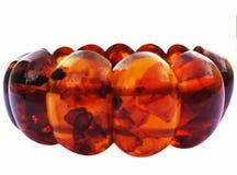 Gotas de la pulsera ambarina, ambarina, en el fondo blanco Fotos de archivo