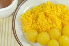 Gotas de las yemas de huevo del oro y yemas de huevo pellizcadas del oro Fotos de archivo libres de regalías