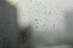 Gotas de lluvia contra una ventana Fotografía de archivo libre de regalías