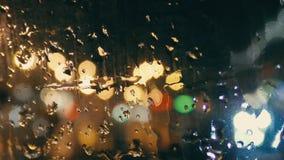 Gotas de lluvia en el primer de cristal metrajes