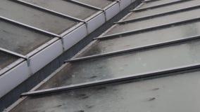 Gotas de lluvia en el tejado almacen de metraje de vídeo