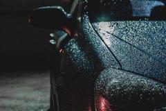 Gotas de lluvia en la superficie del coche, fondo abstracto foto de archivo