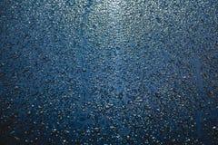 Gotas de lluvia en la superficie del coche, fondo abstracto imágenes de archivo libres de regalías
