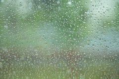 Gotas de lluvia en la ventana de cristal Foto de archivo libre de regalías