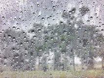 Gotas de lluvia en los vidrios de la ventana Foto de archivo