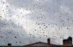Gotas de lluvia en ventana Imagen de archivo