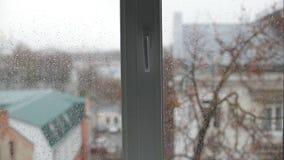 Gotas de lluvia en ventana almacen de metraje de vídeo