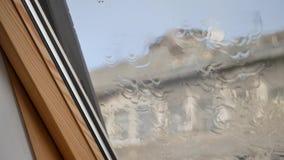 gotas de lluvia en ventana clara almacen de video