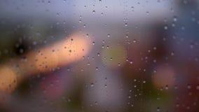 Gotas de lluvia en ventana tórrida almacen de metraje de vídeo