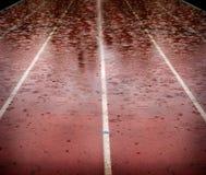 Gotas de lluvia que bajan en la pista corriente de la raza que retrasa competencias fotos de archivo