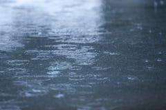 Gotas de lluvia que ondulan el fondo Fotos de archivo libres de regalías