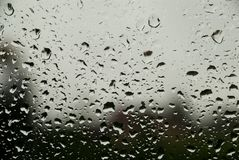 Gotas de lluvia sobre el vidrio Imágenes de archivo libres de regalías