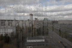 Gotas de lluvia sobre el vidrio Imagen de archivo libre de regalías