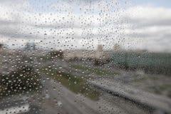 Gotas de lluvia sobre el vidrio Imagenes de archivo