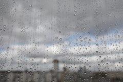 Gotas de lluvia sobre el vidrio Fotos de archivo