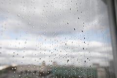 Gotas de lluvia sobre el vidrio Foto de archivo