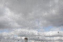 Gotas de lluvia sobre el vidrio Fotos de archivo libres de regalías