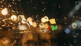 Gotas de lluvia sobre el vidrio almacen de metraje de vídeo