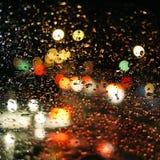 Gotas de lluvia sobre el vidrio del coche Fotografía de archivo