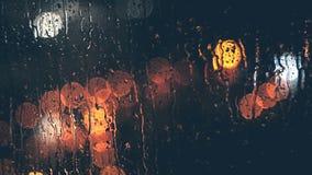 Gotas de lluvia sopladas ausentes por el viento en ventana almacen de metraje de vídeo