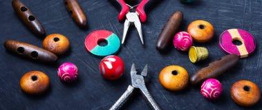 Gotas de madera coloridas para la joyería Fotografía de archivo