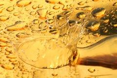 Gotas de oro del agua Fotos de archivo libres de regalías
