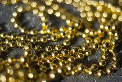 Gotas de oro en un fondo negro Imágenes de archivo libres de regalías
