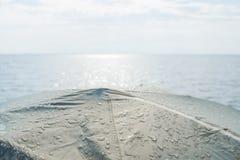 Gotas de rocío en una tienda delante del mar Fotos de archivo