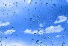 Gotas del agua contra el cielo del verano Fotografía de archivo libre de regalías