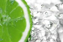 Gotas del agua dulce en el limón Foto de archivo