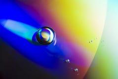 Gotas del agua en el papel pintado CD imágenes de archivo libres de regalías