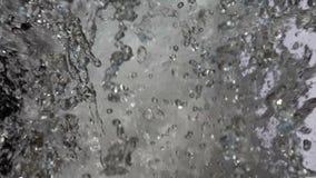 Gotas del agua en la luz almacen de metraje de vídeo