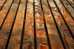 Gotas del agua en la madera del tek Imágenes de archivo libres de regalías