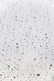 Gotas del agua en la superficie de cristal Fotos de archivo libres de regalías