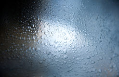 Gotas del agua en superficie de metal Imagenes de archivo