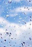Gotas del agua sobre el vidrio de ventanas Imagenes de archivo