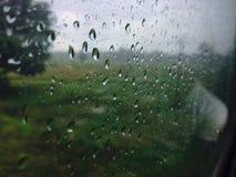 Gotas del agua sobre un vidrio imagen de archivo libre de regalías