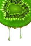 Gotas del jugo del kiwi Imagen de archivo