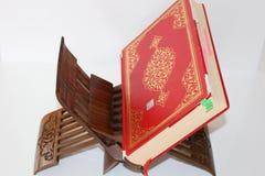 Gotas del Quran y del rosario en el fondo blanco Libro rojo del koran imagen de archivo libre de regalías