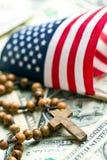 Gotas del rosario con la bandera americana Fotografía de archivo libre de regalías