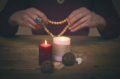 Gotas del rosario en las manos del mago Imagenes de archivo