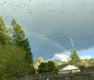 Gotas do arco-íris e da chuva fotos de stock