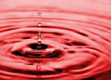 Gotas do fluxo da água imagem de stock
