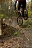 Gotas do motociclista da montanha dentro aos saltos Imagens de Stock