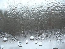Gotas do vidro e da chuva de indicador imagem de stock