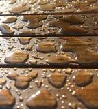 Gotas em uma superfície de madeira Foto de Stock