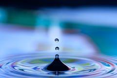 Gotas en agua azul Foto de archivo