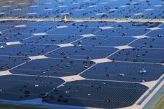 Gotas en el panel fotovoltaico Fotografía de archivo libre de regalías
