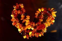 Gotas hermosas de la joyería hechas del ámbar natural Cierre para arriba Imagenes de archivo