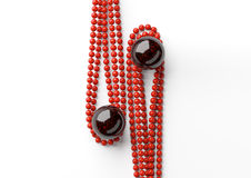 Gotas hermosas rojas con la perla negra grande en el fondo blanco Imagenes de archivo